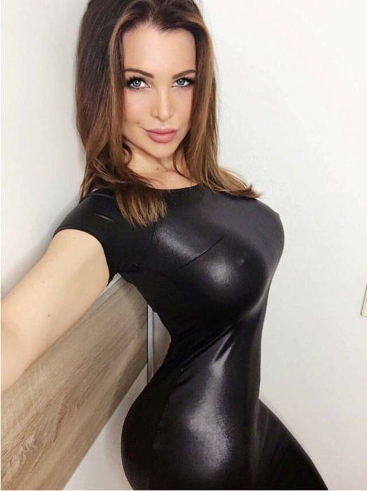 Hot Girls In Tight Dresses (54 pics)