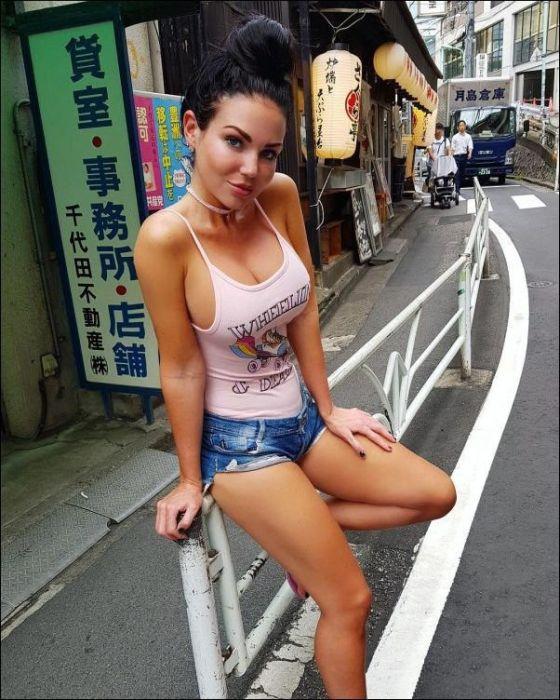 Girls In Short Shorts (37 pics)