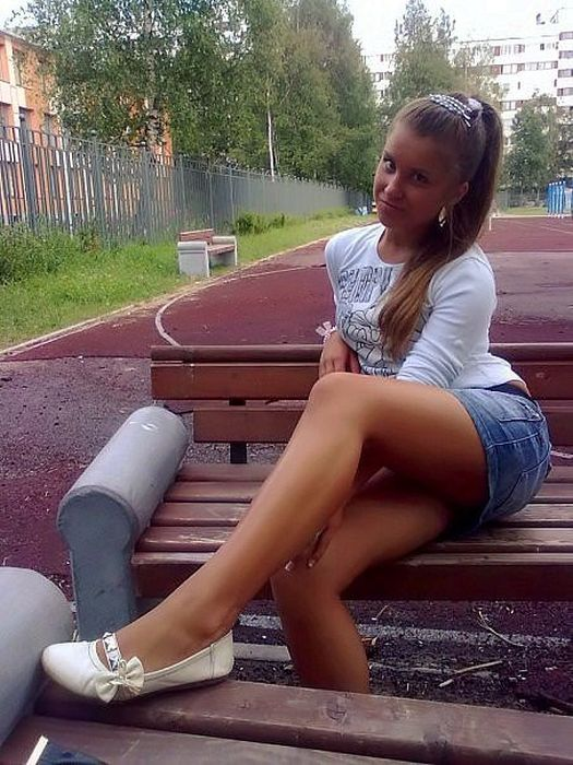 Girls In Short Skirts 31 Pics-6976