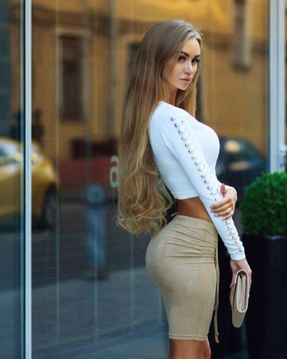 Girls in Short Skirts (31 pics)