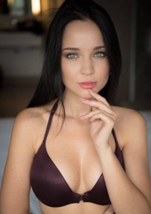 The Dark Haired Light Eyed Girls (28 pics)