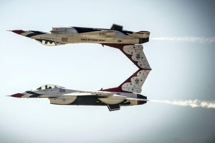 Perfectly timed Thunderbird (33 pics)