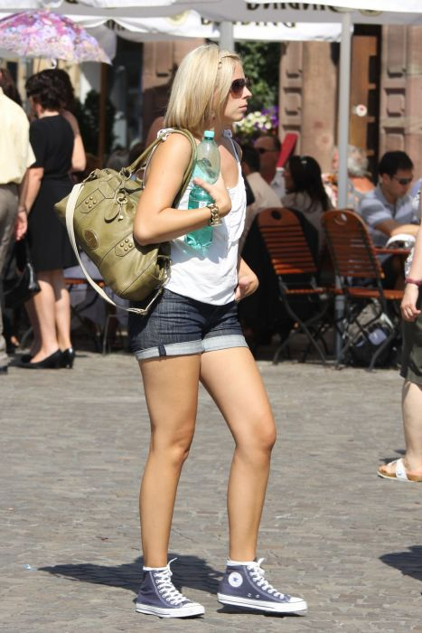 Candid Photos Of Girls (35 pics)