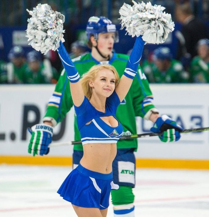 Russian Ice Hockey Cheerleaders (34 pics)