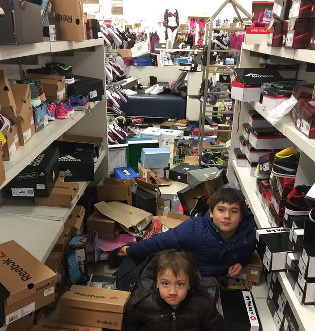 "Canadians Staged A ""Last Sale"" (10 pics)"
