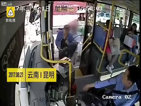 Observant Bus Driver Detects Thief