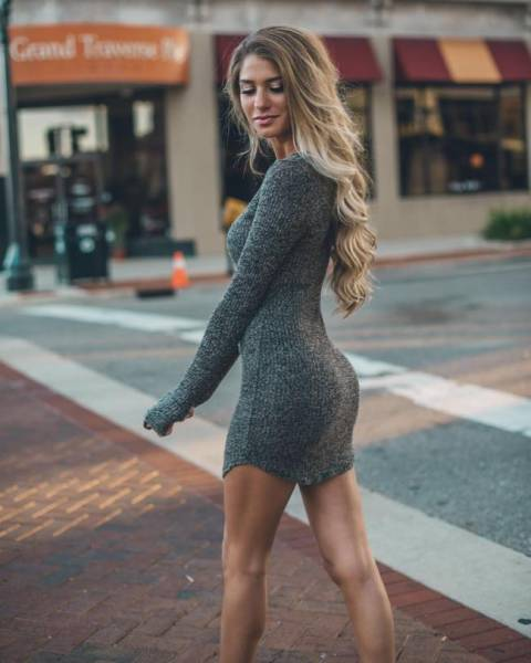 Girls In Tight Dresses (38 pics)