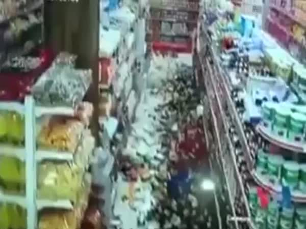 Iraq Earthquake: People Running For Lives at Mall