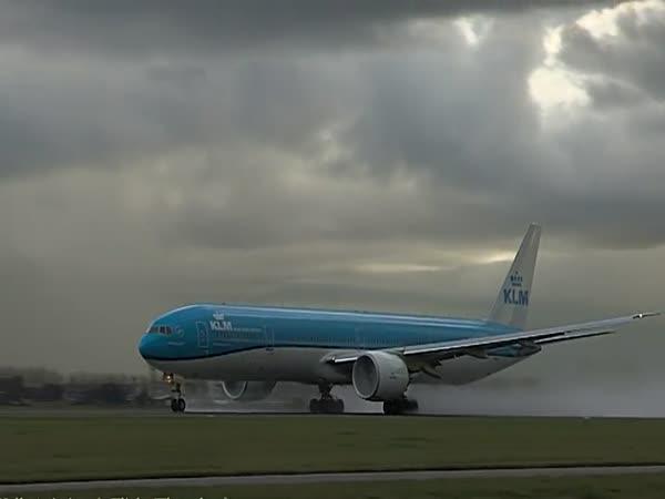Boeing 777 Hit By Intense Lightning During Take Off