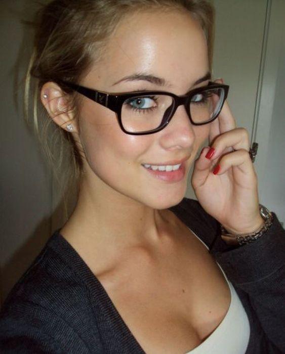 """girl glasses 29 - סקסיות שנראות """"חכמות"""" עם משקפיים (30 תמונות)"""