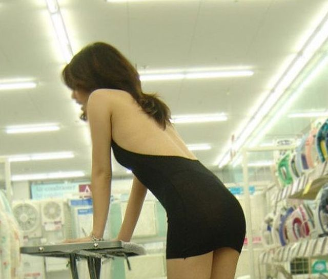 Asian Girl Shopping (6 pics)