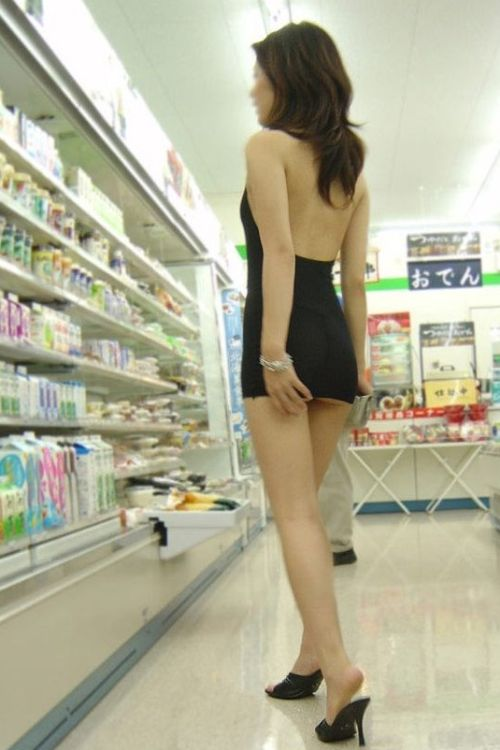 Asian Girl Shopping (6 pics)