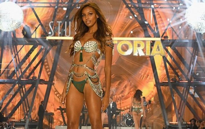 The Salaries Of Victoria's Secret Models (18 pics)