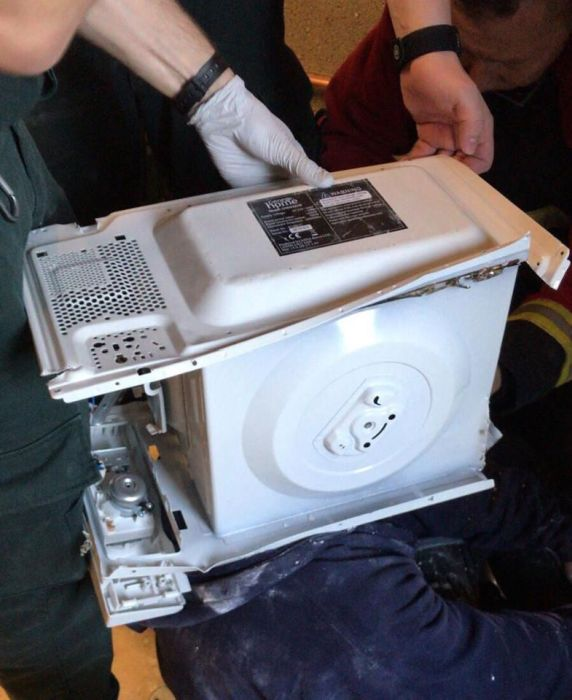 Man Stuck In A Microwave (4 pics)