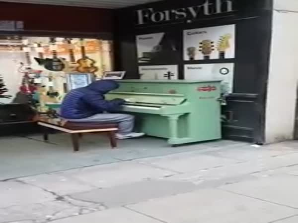 Street Piano Player's Marvellous Medley Goes Viral