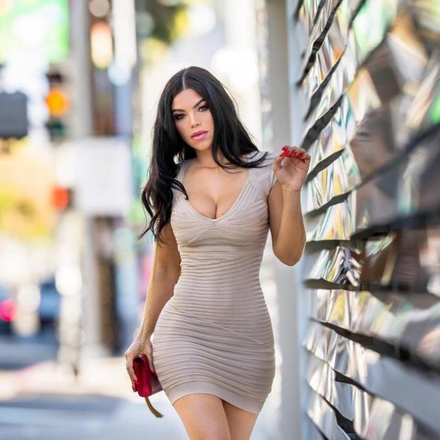 Girls In Tight Dresses (45 pics)