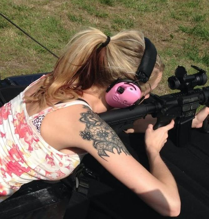 Girls With Guns (52 pics)