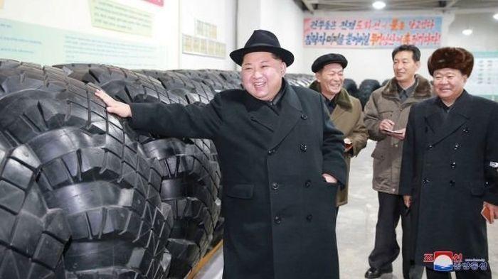 Kim Jong Un Teaches People How To Work (18 pics)