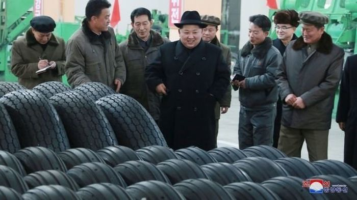 Kim Jong Un Teaches People How To Work (18 pics)