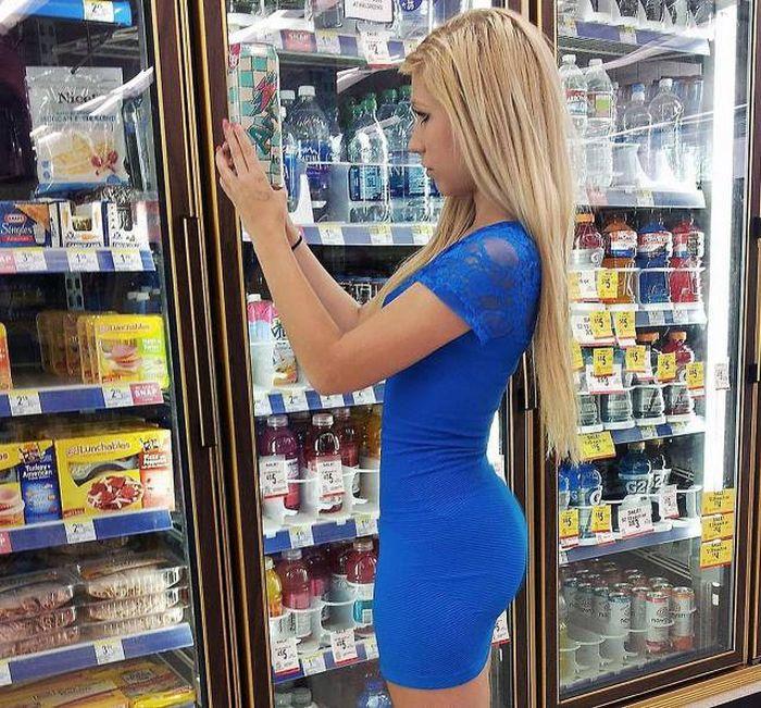 Hot Girls Shopping (25 pics)