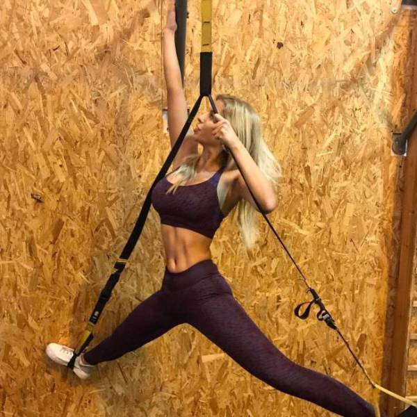 Girls In Yoga Pants (53 pics)