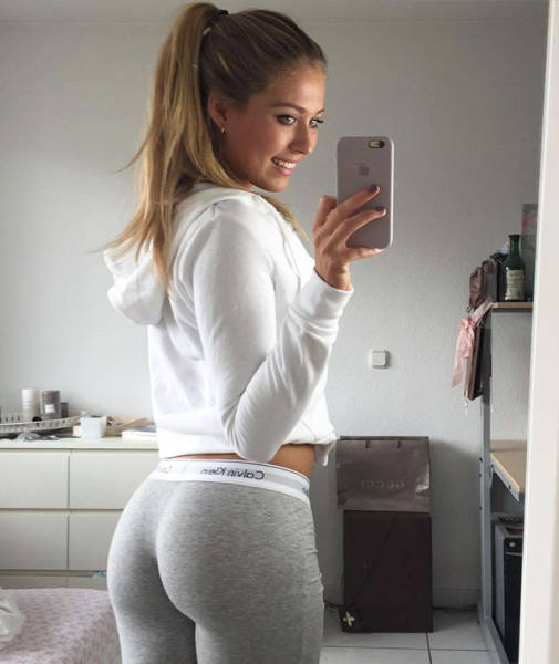 Girls In Yoga Pants (53 pics)