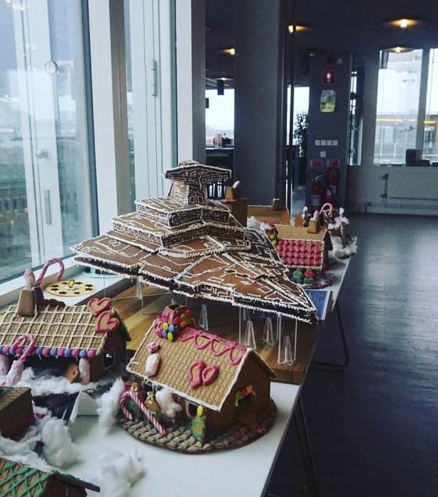 Giant Gingerbread Imperial Star Destroyer (8 pics)