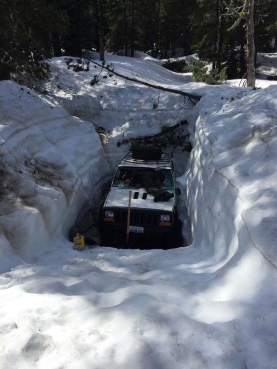 Jeep Under Snow (6 pics)