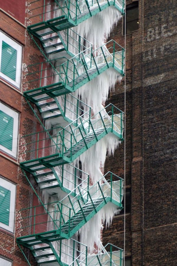 Building Turned Into An Ice Tower Due To The Breakthrough Of The Fire Sprinkler (5 pics)