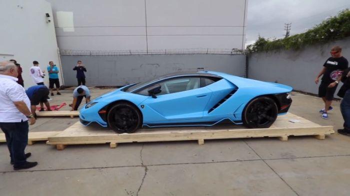 Unpacking A New Lamborghini (13 pics)