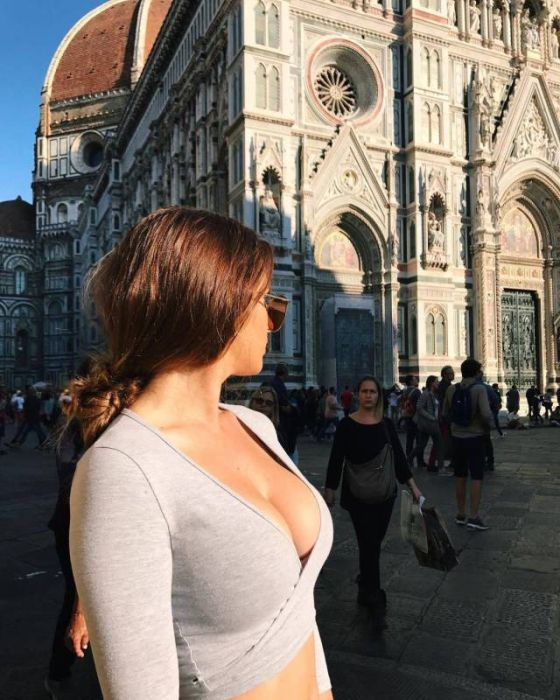 Sexy Busty Girls (46 pics)