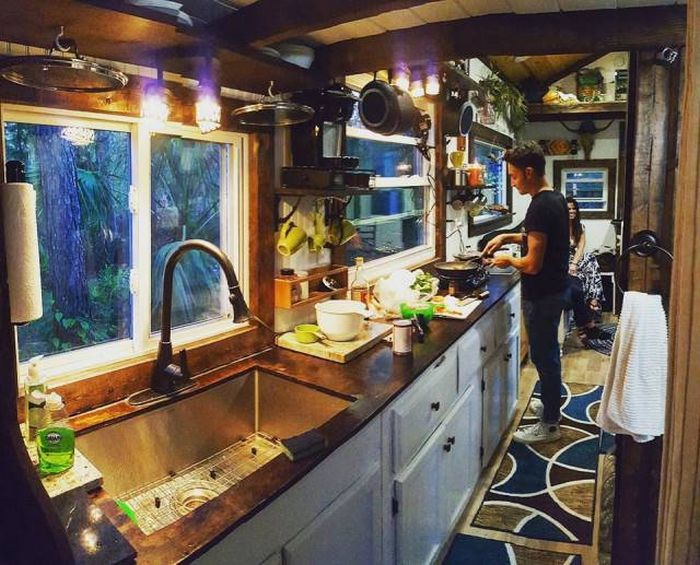 One Guy Has Built Himself A House Instead Of The Dorm (28 pics)