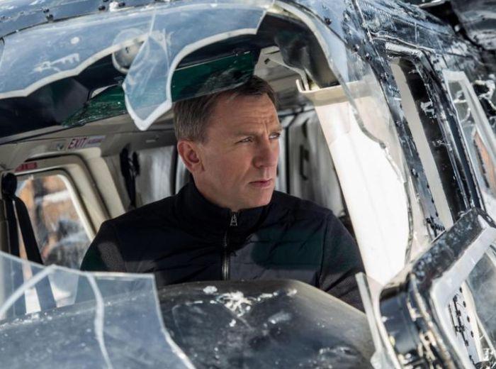 What Happened To Daniel Craig's Jaw (2 pics)