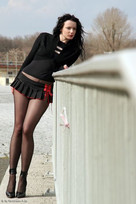 Girls In Short Skirts (30 pics)