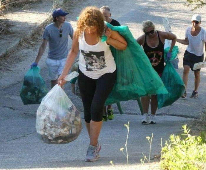 New Fitness Trend: Collect Rubbish While Jogging (8 pics)