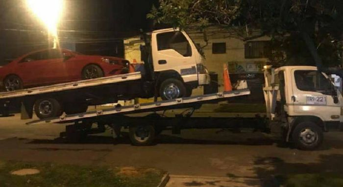 Tow Truck Needs To Be Towed (4 pics)