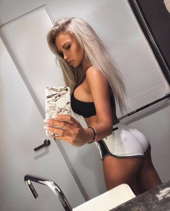 Girls In Short White Shorts (31 pics)