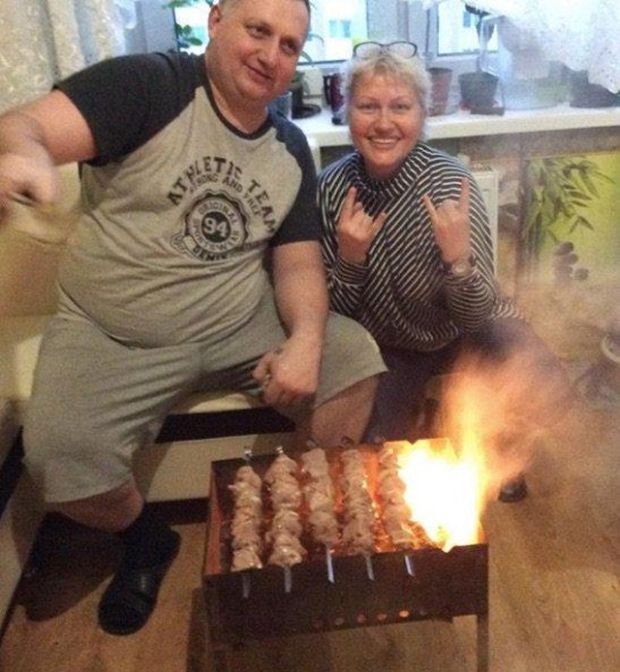 Coking Shish Kebabs On The Grill In The Apartment (4 pics)
