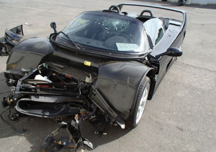 Crashed Supercars (10 pics)