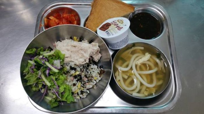 Student Lunch: Korea vs The USA (42 pics)
