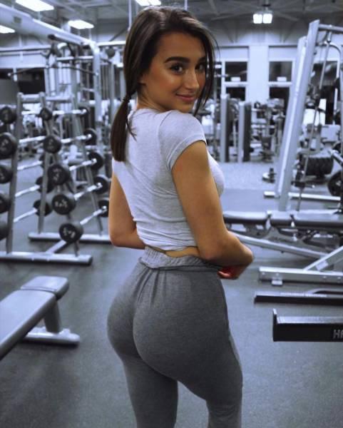 Girls In Yoga Pants (52 pics)