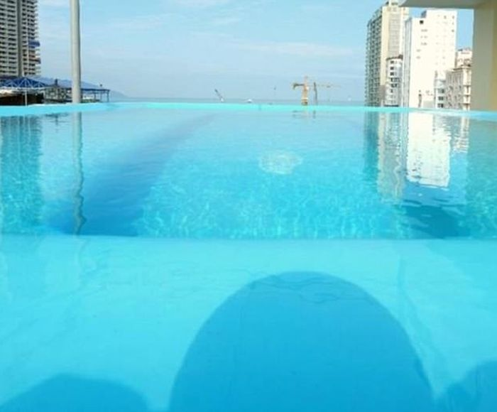 Photos Of The Swimming Pool On Website Vs Reality (4 pics)