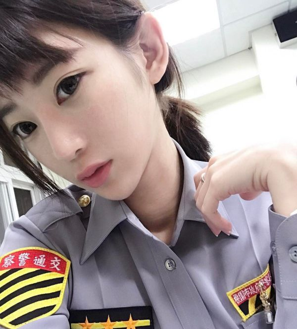 Cute Asian Police Girl (21 pics)