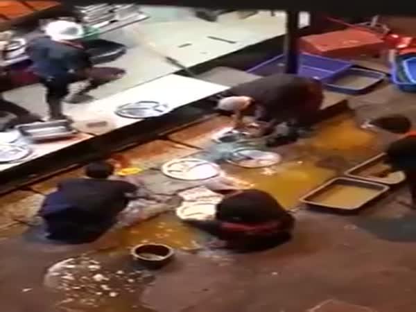 Restoran Raj's Banana Leaf Basuh Pinggan Di Lopak Jalan