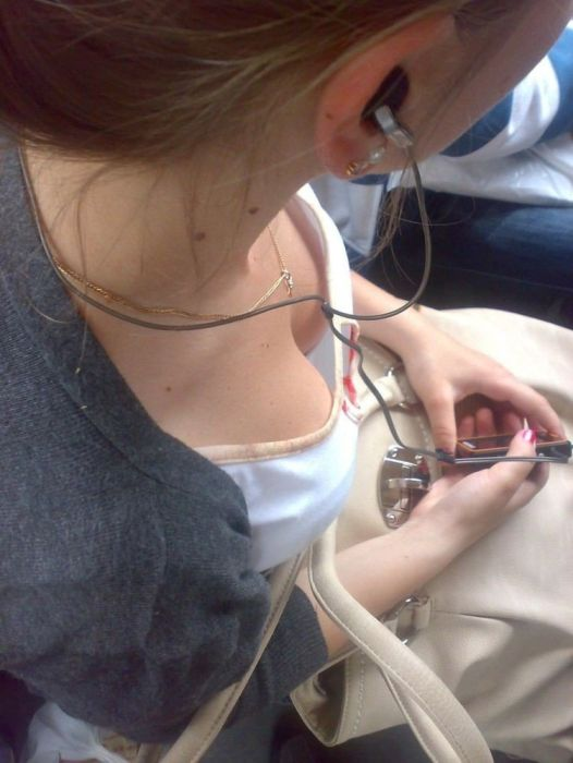 Cleavage Girls In Public Transport (15 pics)