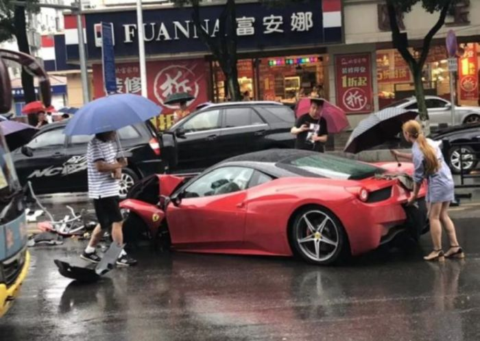 A Woman Crushed $650,000 Rented Ferrari (2 pics + video)
