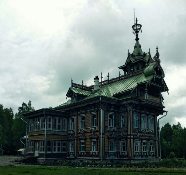 Restored 19th Century Wooden Peasants Palace (9 pics)