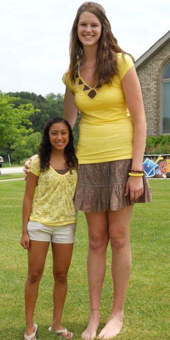 Very Tall Women (23 pics)