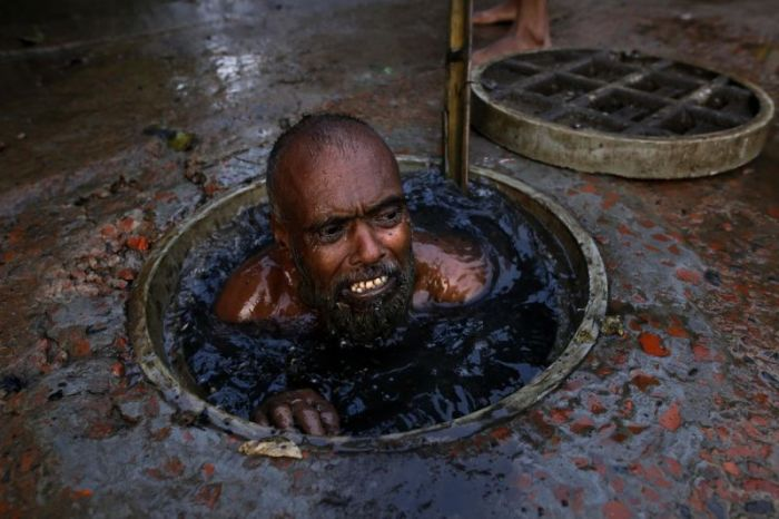 What A Job. This Guy Cleans Sewage In Bangladesh (7 pics)