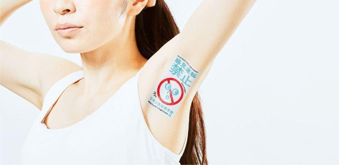 Японская рекламная компания продает пространство на подмышках для женщин (7 фото)